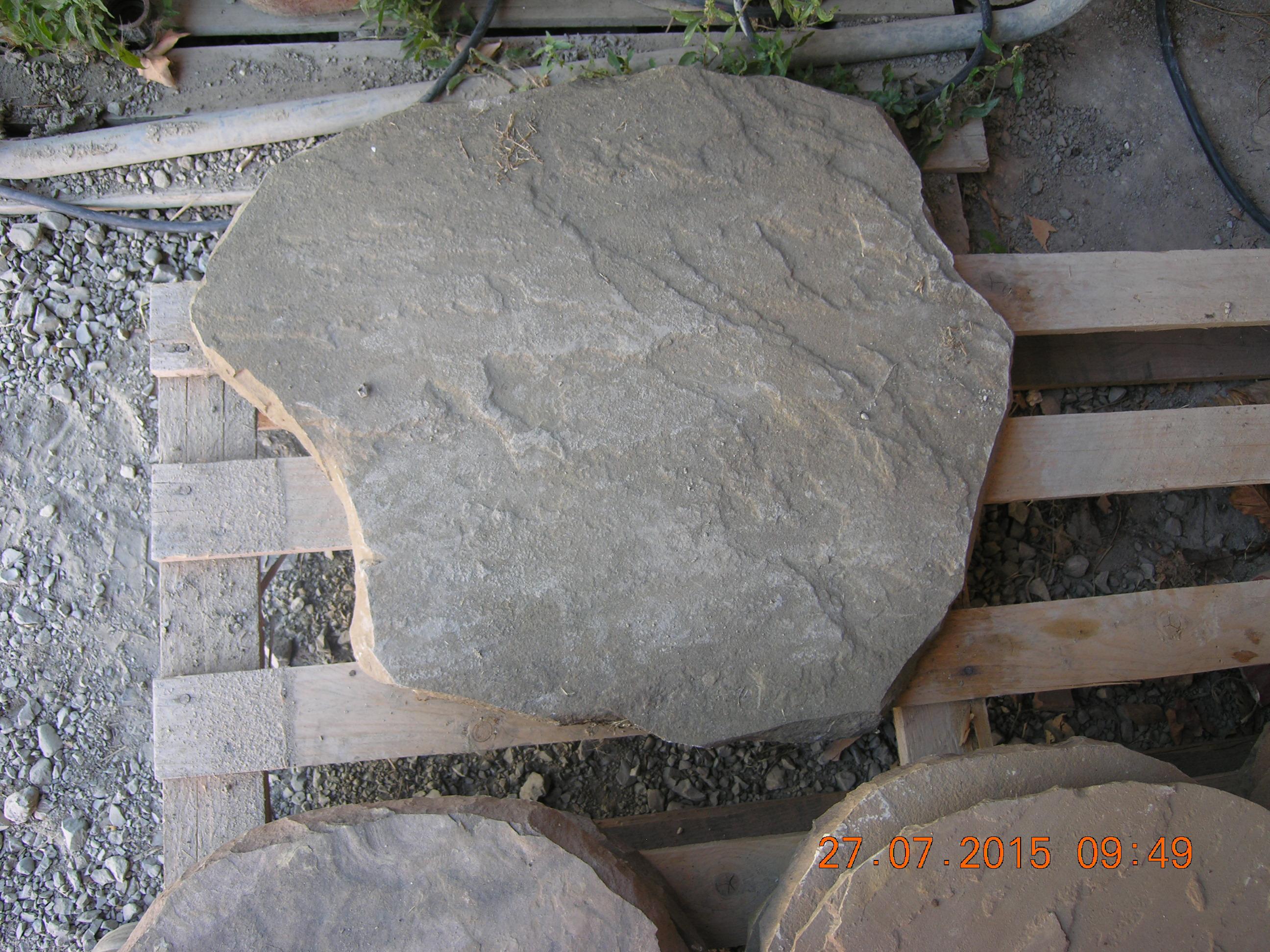 Lastre di arenaria previste per i percorsi pedonali